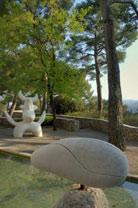 Labyrinthe Miró : l'Oiseau lunaire, 1968, Femme à la chevelure défaite, 1968 ; photo J.J.L'Héritier