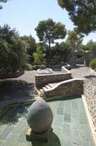 Labyrinthe Miró : l'Oeuf, 1963, Céramique ronde (cadran solaire), 1973, l'Arc, 1963 ; photo S.Briolant